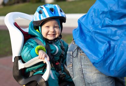 ヘルメットをかぶった男の子