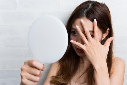 鏡を見れない女性