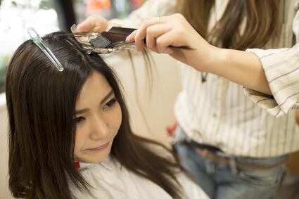 髪の毛を染める女性