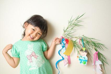 笹の葉を持つ女の子