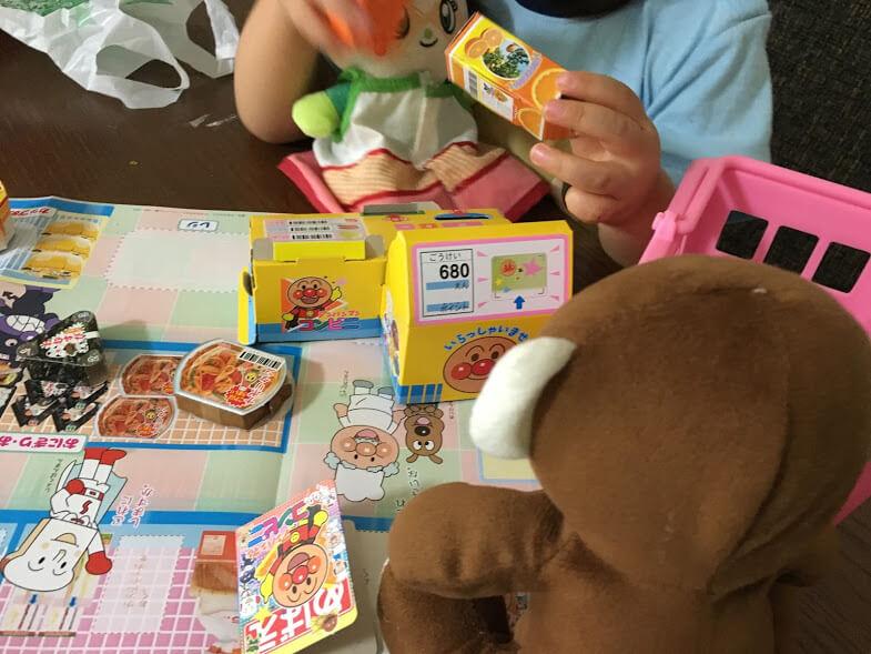 アンパンマンのおもちゃとサル