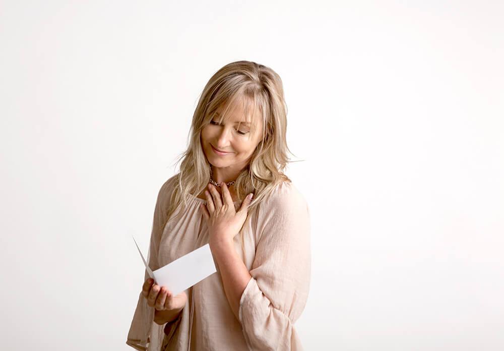 手紙を読む女性