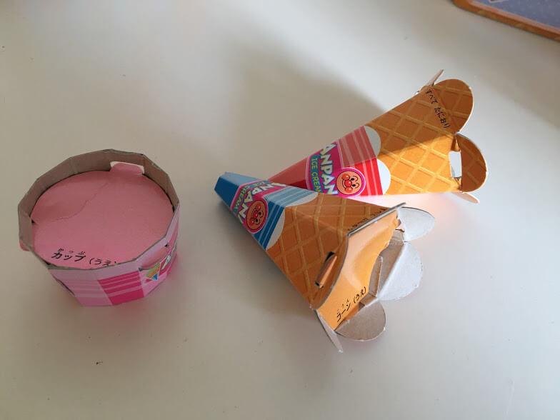 アイスを入れるコーンとカップ