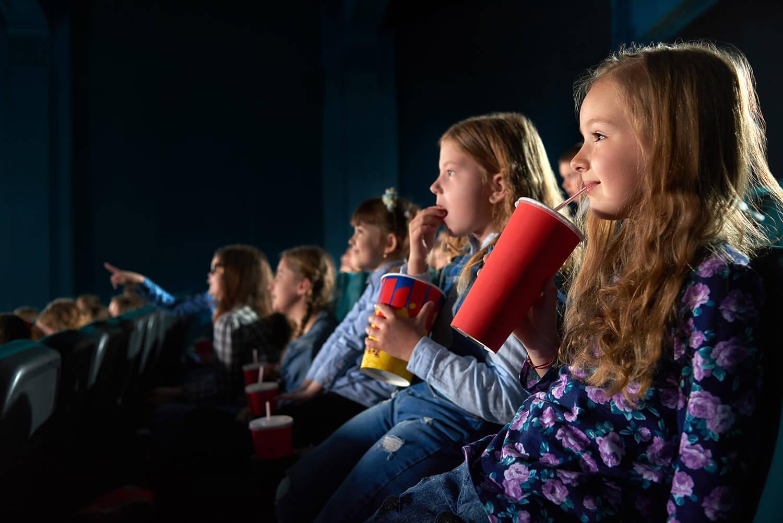 映画を観ている子供