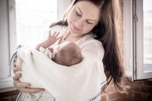赤ちゃんを抱っこする母親