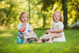 便座に座った2人の女の子