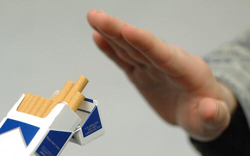 たばこを拒否する手