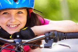 自転車に乗って笑顔の子供